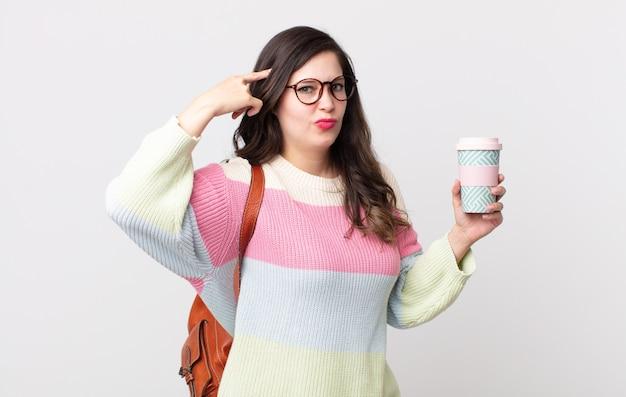 Ładna kobieta czuje się zdezorientowana i zdezorientowana, pokazując, że jesteś szalony. koncepcja studenta