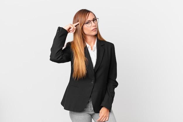 Ładna kobieta czuje się zdezorientowana i zdezorientowana, pokazując, że jesteś szalony. pomysł na biznes