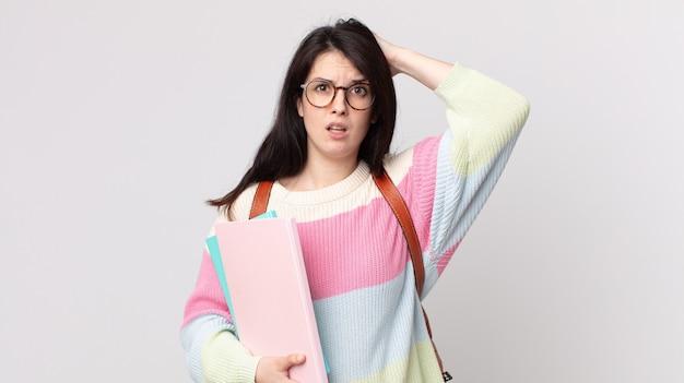 Ładna kobieta czuje się zestresowana, niespokojna lub przestraszona, z rękami na głowie. koncepcja studenta uniwersytetu
