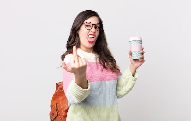 Ładna kobieta czuje się zła, zirytowana, buntownicza i agresywna. koncepcja studenta