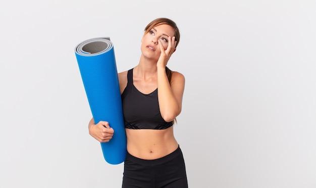 Ładna kobieta czuje się znudzona, sfrustrowana i senna po męczącym dniu. koncepcja jogi