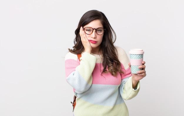 Ładna kobieta czuje się znudzona, sfrustrowana i senna po męczącym dniu. koncepcja studenta