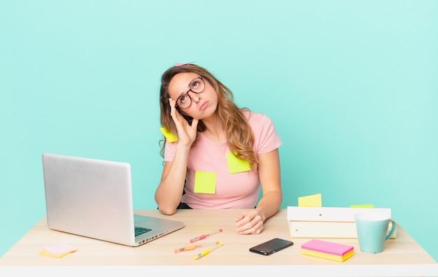 Ładna kobieta czuje się znudzona, sfrustrowana i senna po męczącym dniu. koncepcja telepracy