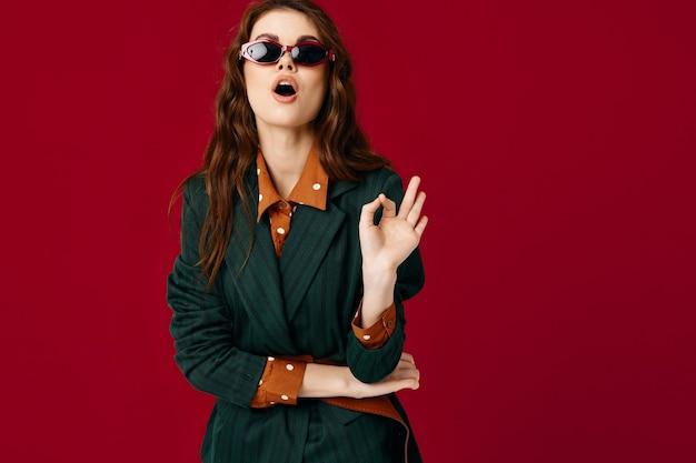 Ładna kobieta gestykuluje ręką emocja moda na białym tle