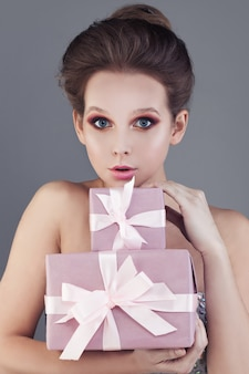 Ładna kobieta i pudełko na prezent