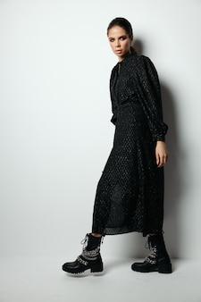 Ładna kobieta jasny makijaż modne ubrania w nowoczesnym stylu