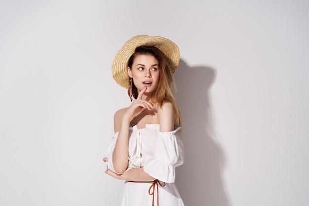 Ładna kobieta kapelusz uroczy wygląd moda przycięty widok