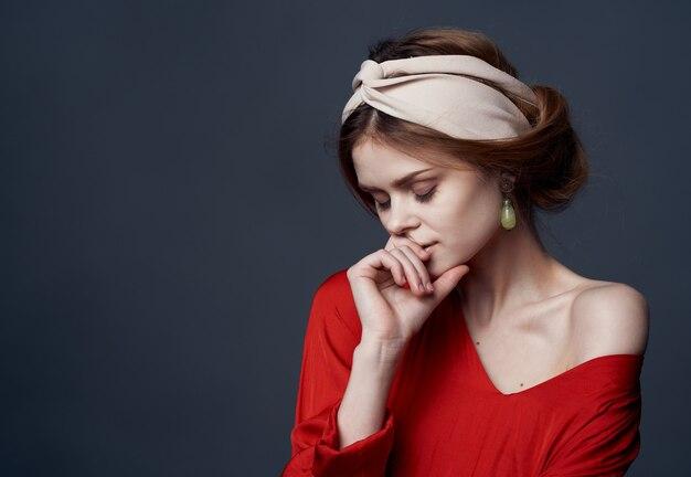 Ładna kobieta kolczyki biżuteria turban na głowie urok przycięty wygląd luksusu