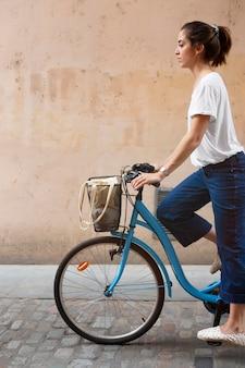 Ładna kobieta korzystająca z ekologicznego sposobu transportu