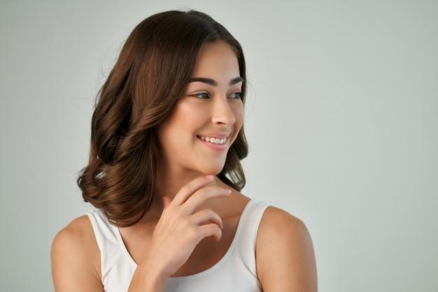 Ładna kobieta kosmetyki pielęgnacja skóry moda fryzura przycięty widok