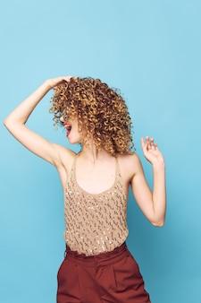 Ładna kobieta kręcone włosy glamour zabawa model studio urok