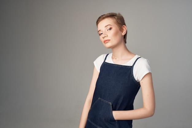 Ładna kobieta krótkie włosy makijaż glamour studio lifestyle