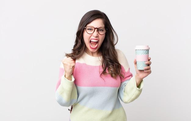 Ładna kobieta krzyczy agresywnie z gniewnym wyrazem twarzy. koncepcja studenta