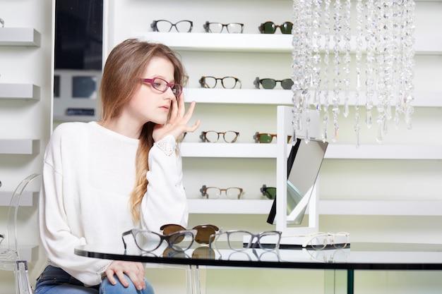 Ładna kobieta kupuje nowe okulary