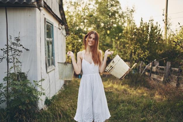 Ładna kobieta lato wieś natura styl życia