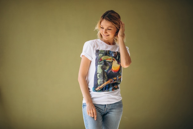 Ładna kobieta ma na sobie tshirt