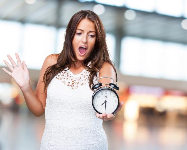 Ładna kobieta martwi się o czasie
