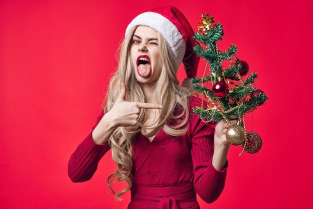 Ładna kobieta moda dekoracja świąteczna choinka