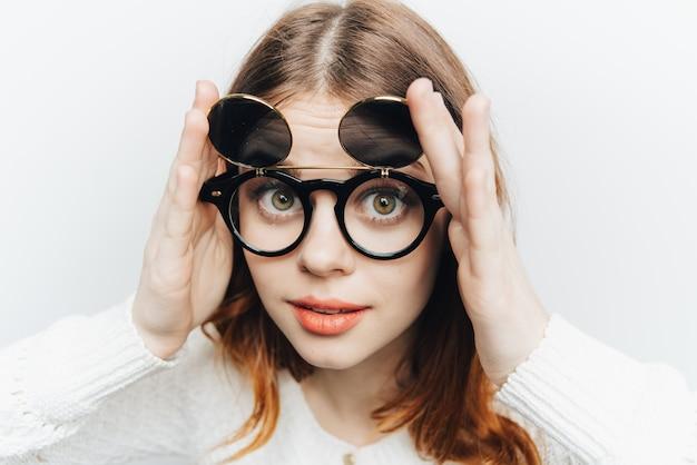 Ładna kobieta modne okulary twarz studio bliska moda. wysokiej jakości zdjęcie