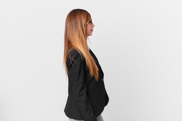 Ładna kobieta myśląca, wyobrażająca sobie lub marząca o widoku profilu. pomysł na biznes