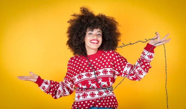 Ładna kobieta na świątecznej dekoracji choinki