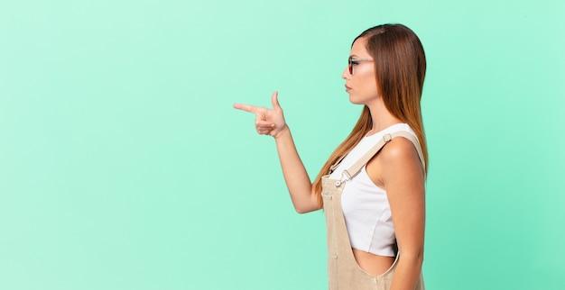 Ładna kobieta na widoku profilu myśląca, wyobrażająca sobie lub marząca i kopiująca przestrzeń