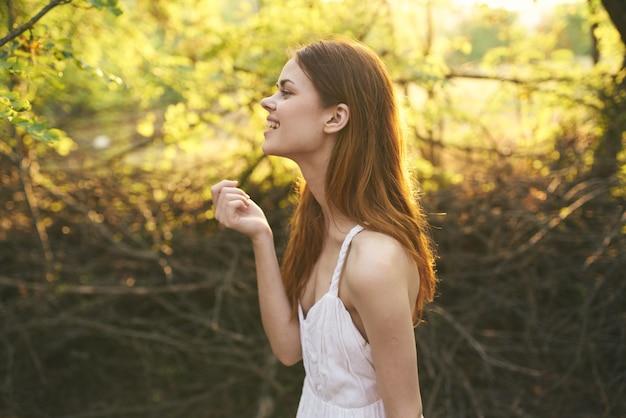 Ładna kobieta na zewnątrz zielone liście drzew letnie wakacje