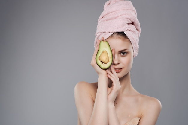 Ładna kobieta nagie ramiona do pielęgnacji skóry witaminy na białym tle
