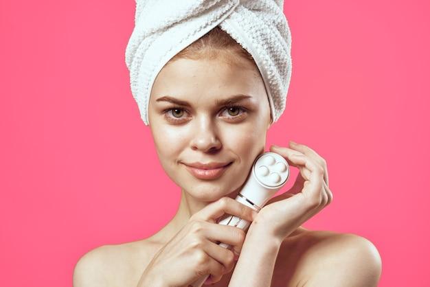 Ładna kobieta nagie ramiona jasne masażer skóry zbliżenie