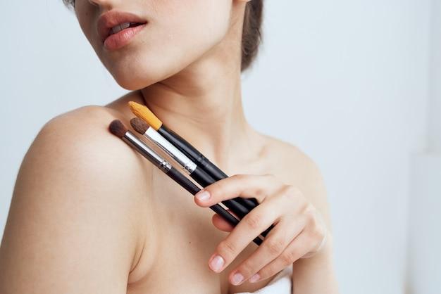 Ładna kobieta nagie ramiona pędzla do makijażu