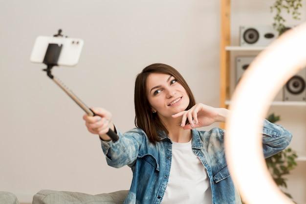 Ładna kobieta nagrywa się w domu