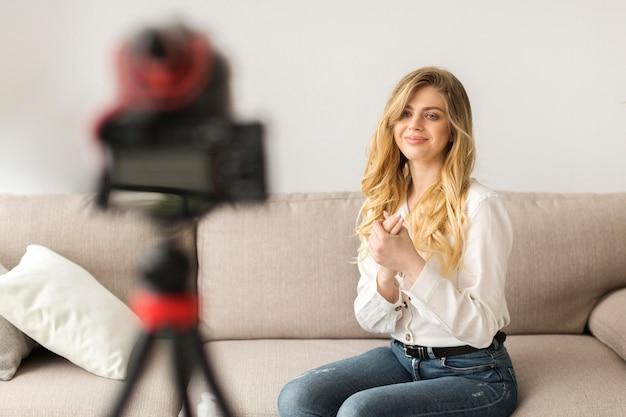 Ładna kobieta nagrywa wideo