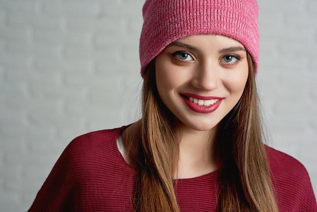 Ładna kobieta nosi różową czapkę