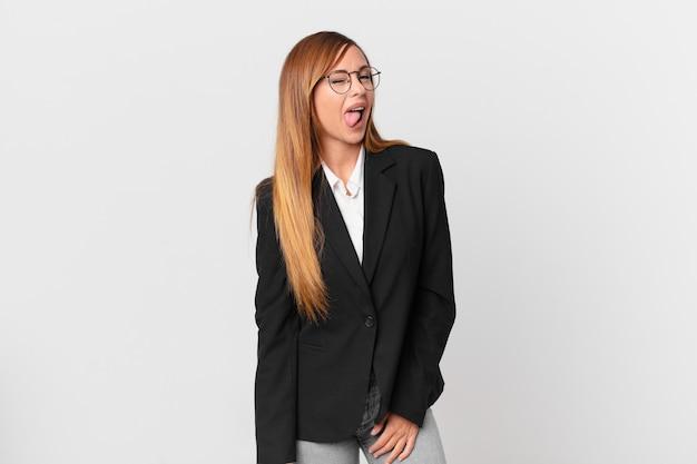 Ładna kobieta o wesołej i buntowniczej postawie, żartuje i wystawia język. pomysł na biznes