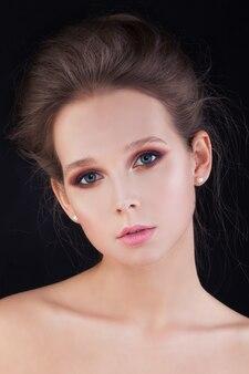 Ładna kobieta o zdrowej skórze i włosach