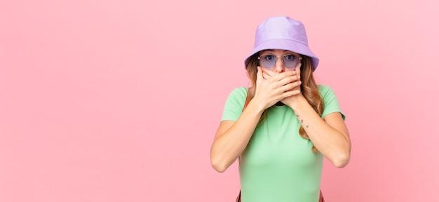 Ładna kobieta obejmujące usta rękami z szoku. koncepcja lato