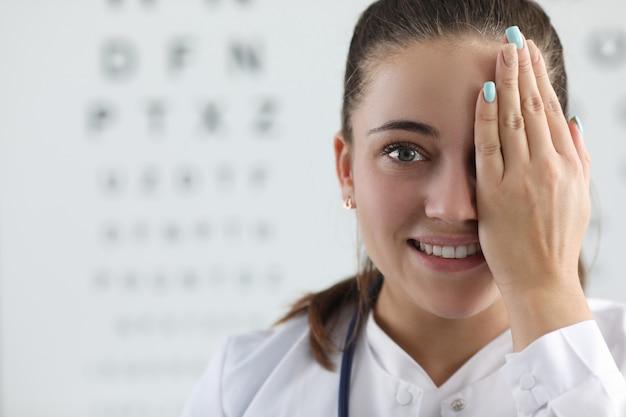 Ładna kobieta okulista