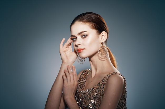Ładna kobieta ozdoba jasny makijaż studio zbliżenie