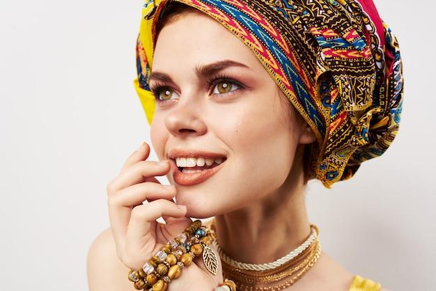 Ładna kobieta ozdoba orientalne ubrania wielobarwny makijaż moda turban.