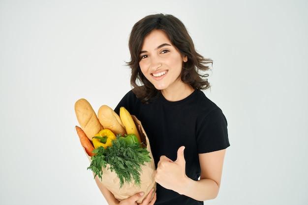 Ładna kobieta pakiet z dostawą artykułów spożywczych zdrowa żywność