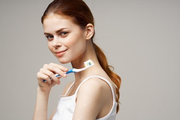 Ładna kobieta pasta do zębów szczotkowanie zębów stomatologiczne studio zdrowia styl życia
