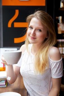 Ładna kobieta pije kawę
