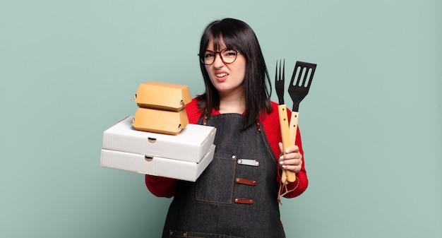 Ładna kobieta plus size dostarcza gotowanie, zabrać koncepcję fast food