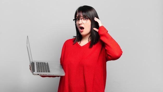 Ładna kobieta plus size krzyczy z rękami do góry, czuje się wściekła, sfrustrowana, zestresowana i zdenerwowana