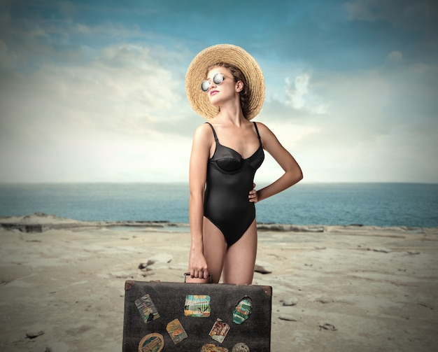 Ładna kobieta podróżuje w lecie