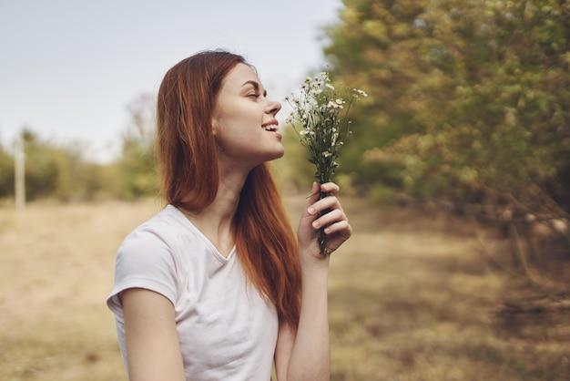 Ładna kobieta podróżuje wakacje rośliny świeże powietrze