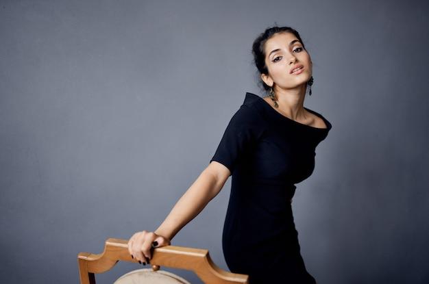 Ładna kobieta pozowanie model atrakcyjny wygląd ozdoba uśmiech styl życia studio. zdjęcie wysokiej jakości