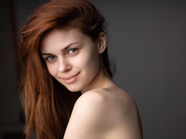 Ładna kobieta pozuje modną fryzurę atrakcyjny wygląd