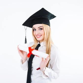 Ładna kobieta pozuje z dyplomem