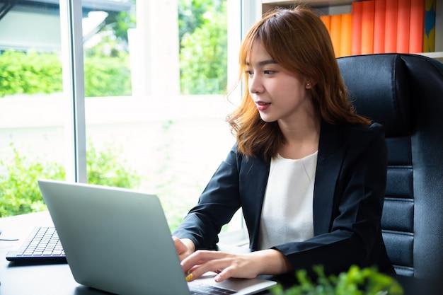 Ładna kobieta pracuje w biurze